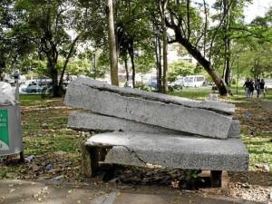 Las bancas en pésimas condiciones, las canecas de la basura rebosadas y el prado convertido en maleza por su avanzado crecimiento son protagonistas en el parque La Pera.