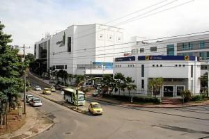 El nuevo edificio de parqueaderos constará de siete pisos y estará ubicado en el extremo oriental del centro comercial Cañaveral. Los 135 estacionamientos podrían eventualmente convertirse en una ayuda para descongestionar la zona.