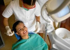 El doctor Mauricio Soto aseguró que es muy importante que las personas visiten a su odontólogo dos veces al año para prevenir y detectar cualquier enfermedad oral.