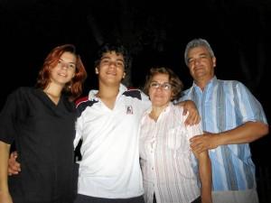 La hermana mayor de Daniel, Lina María, finaliza sus estudios de medicina. A su lado está Daniel y sus padres, María Victoria y Óscar Eduardo.