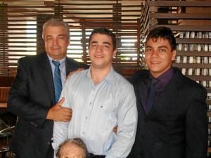 En la fotografía aparece Daniel acompañado de su padre y su hermano mayor, Óscar Andrés, ingeniero de sistemas radicado en Cali.