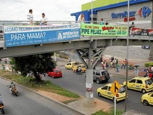 El puente peatonal de Metrolínea, en el sector de Carrefour, se convirtió en la mayor vitrina comercial. Dos y hasta tres pancartas anunciando diferentes eventos se ven a diario.