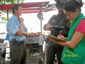 La bióloga de la Cdmb y el Intendente de la Policía Ambiental le explicaron a la comunidad los problemas que acarrea alimentar a las iguanas.
