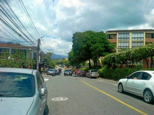Los carros bien parqueados y la gente caminando por la vía. ¿Qué tal eso?