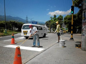 La Dirección de Tránsito aprovechó el bajo flujo vehicular para señalizar algunas zonas. Foto Laura Rojas / GENTE DE CAÑAVERAL