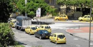 Automóvil transitando a las 10 a.m. frente a Carrefour Foto Laura Rojas / GENTE DE CAÑAVERAL