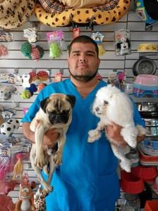Cristian Fabián Gómez rehabilita perritos desde que cursaba octavo semestre de Medicina Veterinaria. Foto Laura Rojas / GENTE DE CAÑAVERAL