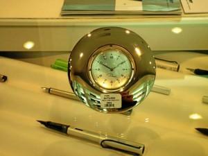 Este hermoso reloj de oficina es también un portarretratos. Foto Laura Rojas / GENTE DE CAÑAVERAL
