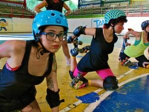 Los estiramientos son una parte fundamental del entrenamiento. De izquierda a derecha aparecen Lorena Montaña 'Martini', la cocapitana del equipo Yuya Mancilla 'Chika Mocha' y Juliana Franco 'Bruja'.