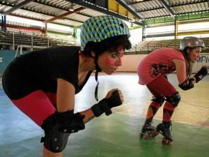Dos de las integrantes de Pink Sucks en posición de arranque durante uno de sus entrenamientos.
