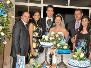 Junto a los novios están los padrinos Juan Carlos Saltarín, Nancy Caro, Jorge Alberto González y María Fernanda Benavides.