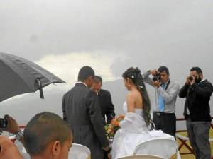 José David y Lina Marcela contrajeron matrimonio después del vuelo, bajo la lluvia, y en medio de la mirada atónita de los visitantes del voladero que no daban crédito a este matrimonio en las alturas.