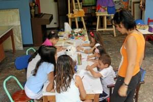Suministrada / GENTE DE CAÑAVERAL Desde comienzos de este año la artista plástica Ángela Peña se vinculó al trabajo del taller y desde hace seis meses también vigila celosamente la formación de los niños.