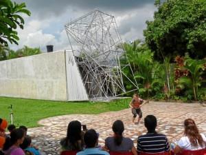 Suministrada / GENTE DE CAÑAVERAL En la foto se aprecia una exposición artística, como muchas de las que se organizan en la casa Espinosa, detrás se puede apreciar la última obra que realizó el maestro Spinosa, que desde 2010, se convirtió en la cara del taller de arte.