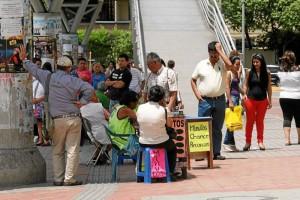 Mauricio Betancourt / GENTE DE CAÑAVERAL La entrada principal de Carrefour El Bosque siempre se ve congestionada. Minutos, empanadas, chorizos, arepas, chicles, jugos y hasta sofás, son algunos de los productos que venden en estos negocios informales.