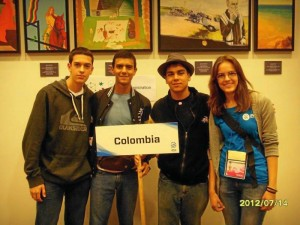 Suministrada / GENTE DE CAÑAVERAL Esta es la delegación colombiana que participó en Estonia por el campeonato de físcia. La niña de la derecha fue la guía que los recibió y acompañó en los recorridos de intercambio cultural.