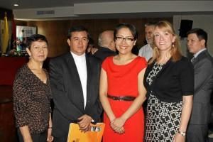 En la fotografía la doctora Sayra (de vestido rojo) acompañada de amigos y colegas investigadores. A su izquierda Primitivo Sierra, rector de la UPB.