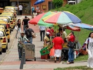 Las zonas residenciales, de parqueo y andenes se encuentran invadidas por vendedores informales.