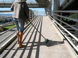 María asea el puente peatonal frente a Trinitarios por la paralela de Cañaveral. Mauricio Betancourt / GENTE DE CAÑAVERAL