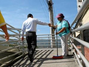 María Inés Vesga se encarga de la limpieza del puente peatonal de Cerros del Campestre y sus alrededores.  Mauricio Betancourt / GENTE DE CAÑAVERAL