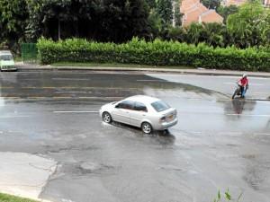 Así se veía hasta hace dos días la caída de agua que, al encontrarse con un desagüe rebosado, iba a dar a la carretera inundando el tramo vial.  (Foto Javier Gutiérrez )