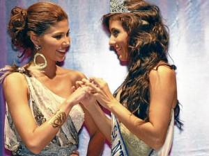 Paola Andrea durante la noche de coronación. Recibe el anillo real que le entrega Andrea LisethTavera Sanabria, Señorita Santander 2011 – 2012.