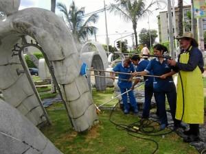 Más de seis horas les tomó a las personas de servicios generales limpiar el parque.