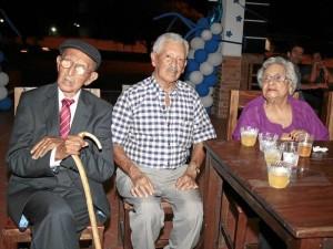 El señor Luis Alfredo Quintero Silva (izquierda) acompañado de sus dos hermanos Luis Alberto y Mercedes durante la celebración de sus 100 años de vida.