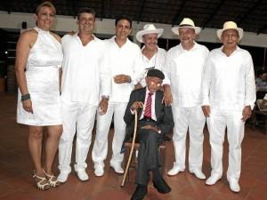 El señor Luis Alfredo acompañado de sus hijos María Cristina, Jaime, Julio, Alfredo, Ismael y Carlos durante la celebración de su cumpleaños número 100.