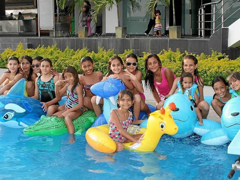 La peque a adriana patricia galindo estuvo de cumplea os la semana pasada y para celebrarlo - Cumpleanos en piscina ...