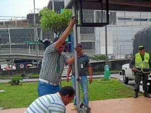 Con equipos especiales se procedió a cortar el metal para despegar la estructura del piso.
