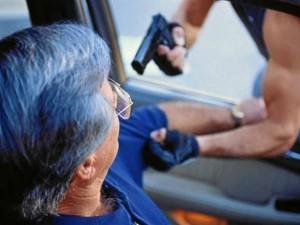 Tenga en cuenta que una de las nuevas y cada vez más frecuentes formas de robo sucede cuando va en automóvil.