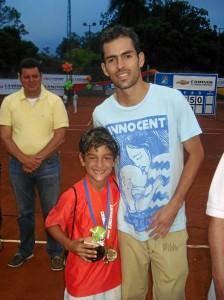 Nico acompañado de Santiago Giraldo después de que éste le entregara el premio al mejor revés del país. Suministrada / GENTE DE CAÑAVERAL 030