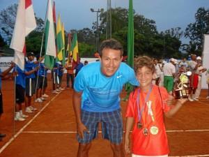 Aquí Nico posa junto a su entrenador Wilmar Núñez después de la hazaña que lo hizo merecedor de tres títulos en Pereira.