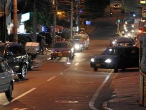 A medida que cae la noche aumenta el número de vehículos estacionados en la calle 30 de Cañaveral.
