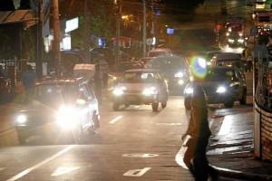 Las personas que transitan el sector a pie corren grandes riesgos pues los carros ocupan el espacio peatonal obligándolos a transitar por la vía.