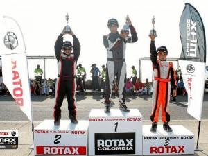 En el podio es más evidente la diferencia de edades y experiencia entre el ganador y Juan Sebastián, quien ocupó segundo lugar.