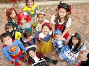 Celebración del Día de los niños en Santorini.
