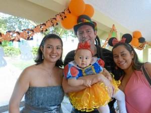 Mónica Hasbón, Alejandro Reyes, la pequeña María Alejandra y Yudith del Castillo.