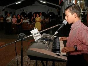 """""""A mí no me da pena ni nervios, simplemente salgo y canto. Me siento muy feliz haciéndolo porque lo que me hace más feliz es cantarle a Dios y tocar los corazones de la gente. En el colegio también me ponen a cantar cuando hay misa"""". Mauricio Betancourt / GENTE DE CAÑAVERAL"""