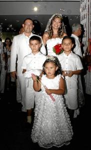 Nicolás Torres, Felipe Gualdron y Juanita Calderón acompañan a los novios.