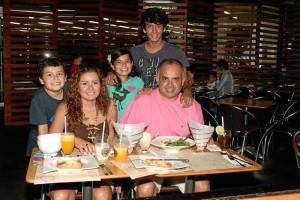 Sebastián Hernández, Isabela Hernández, Carlos Hernández, Carolina Otero y Mario Hernández.