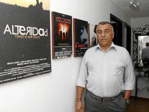 Arnulfo Lázaro posa junto a los afiches de algunas de las películas en las que ha participado durante su carrera.