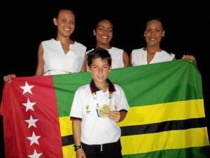 Simón Gómez luce su medalla con la bandera de Santander de fondo y en compañía de las jóvenes de protocolo, quienes después de la premiación, le pedían fotos y besos al pequeño campeón. Suministrada / GENTE DE CAÑAVERAL