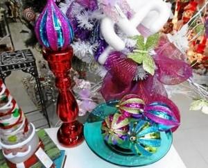 """""""Las bolas siguen siendo las reinas del árbol, nunca pasan de moda. Tampoco las estrellas aunque este año no se ven tanto y los cristales o copos de nieve. Hay pocos ángeles en esta temporada pero éste, al igual que el Papá Noel, es otro invitado permanente en cada Navidad""""."""