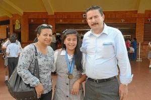 Paula Andrea posa junto a sus padres Alfonso Rueda Gómez y Carmen Elisa Cáceres Galeano. Hernando Galeano / GENTE DE CAÑAVERAL