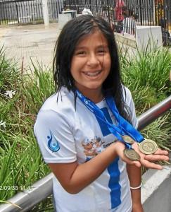La pequeña campeona sostiene con orgullos sus tres preseas. Suministrada / GENTE DE CAÑAVERAL