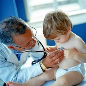 """""""Cuando la neumonía es bacteriana, el niño suele ponerse enfermo de manera relativa-mente rápida, comenzando bruscamente síntomas como la fiebre o la respiración acelerada; sin embargo, cuando se trata de un caso vírico, tienden a aparecer más gradualmente"""". (Tomado de www.todopapas.com)."""