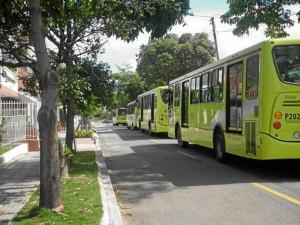 """""""Hemos llegado a contar hasta siete buses parqueados en este lugar. Como se puede apreciar el espacio es muy pequeño para un tramo que es doble vía""""."""