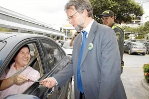 Conductores y peatones fueron saludados por el excandidato presidencial, quien los invitó a respetar las normas de tránsito.